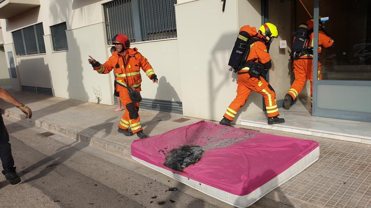 Los bomberos, en la vivienda incendiada