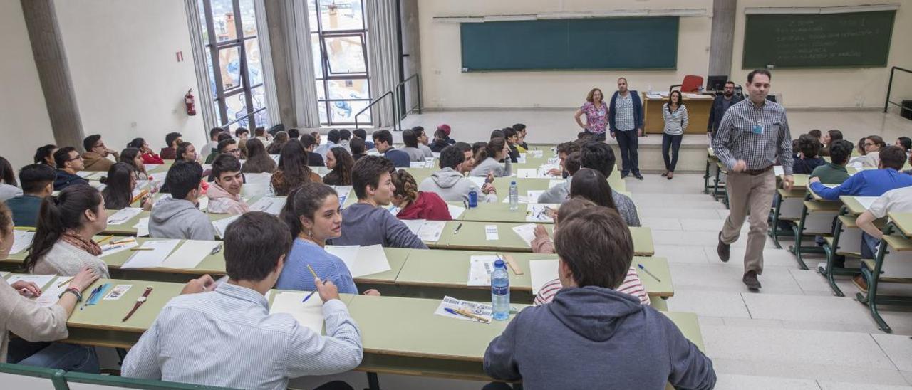 Una prueba de la EBAU 2019 en la facultad de Economía de Oviedo