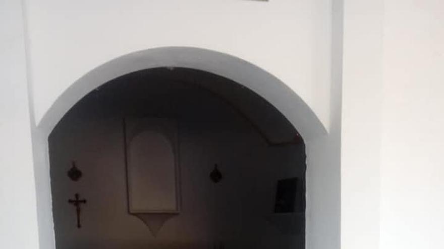 Destrozan las puertas de la ermita de San Miguel en la aldea prieguense de El Castellar