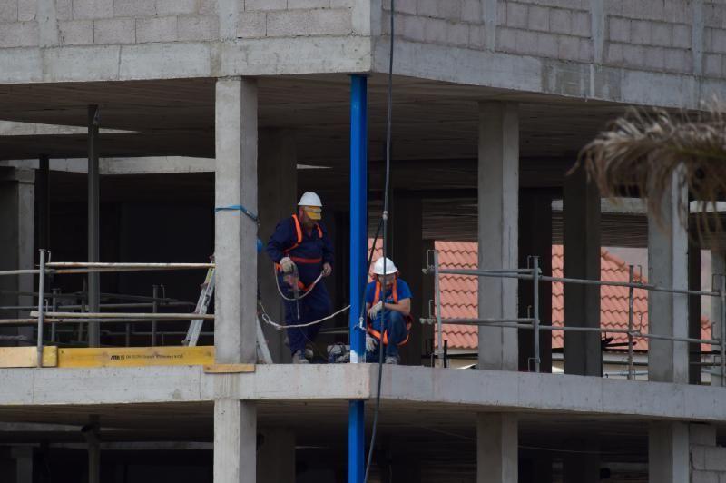 26-03-2020 GALDAR. Obreros trabajando en una obra. Fotógrafo: Andrés Cruz  | 26/03/2020 | Fotógrafo: Andrés Cruz