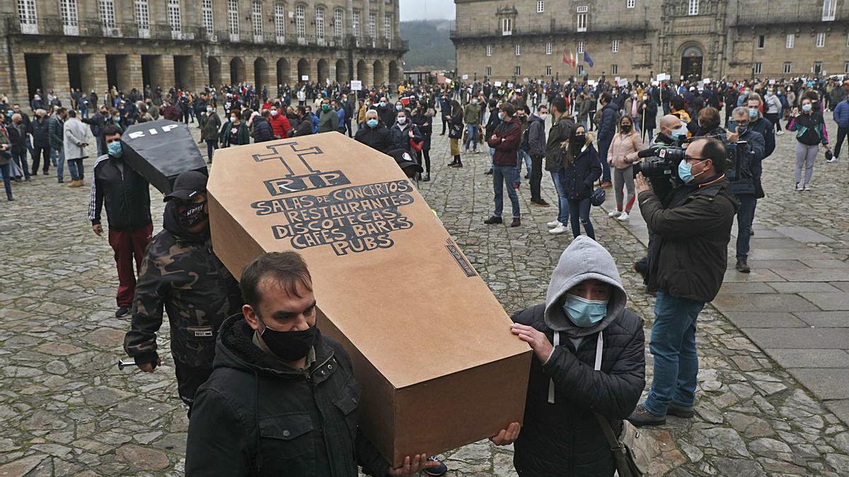 Manifestación de hosteleros en Santiago para salvar al sector 'de la ruina' .     // XOAN ÁLVAREZ