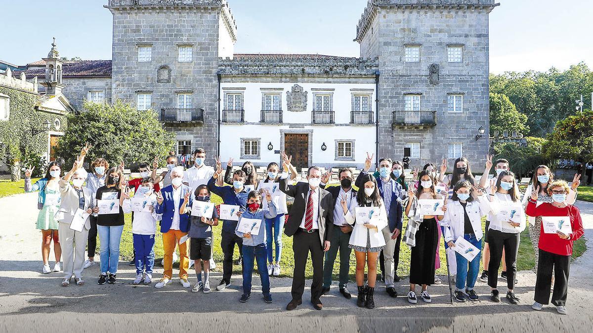 Los deportistas galardonados junto al alcalde Abel Caballero, el concejal Manel Fernández, José Luis Romero, representante de Abanca, y Pedro Costa, gerente de FARO, ayer en Castrelos.