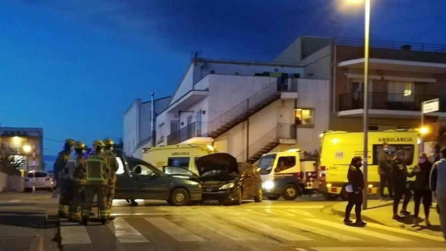 Una persona resulta ferida lleument en un xoc entre dos cotxes a Figueres