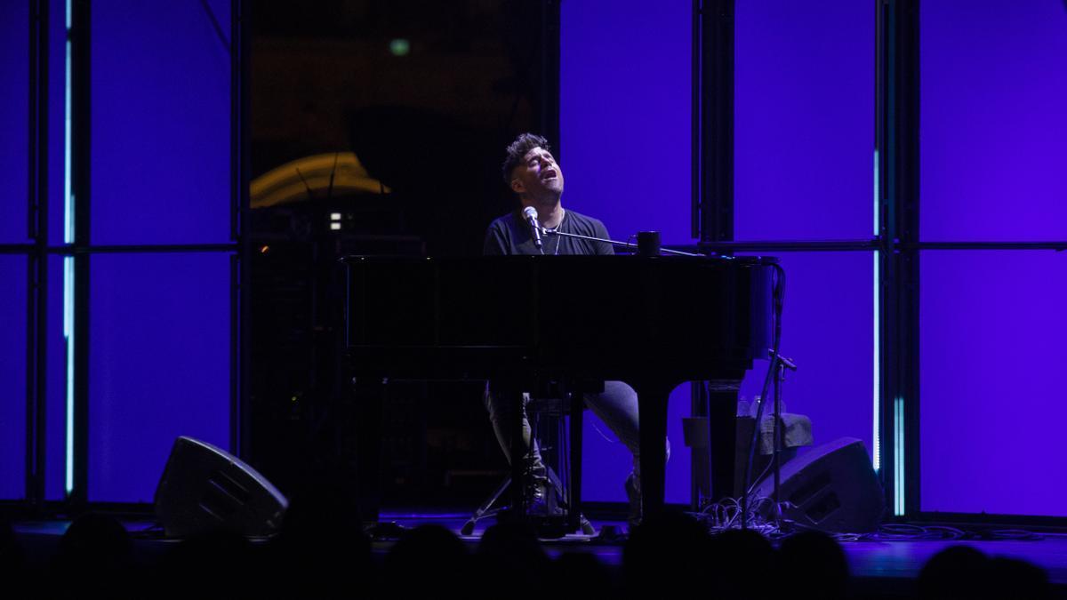 Pablo López durante uno de sus conciertos en València.