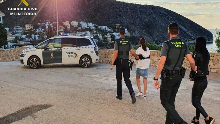 """Dos detenidas por robar en la Marina Alta tras espiar a personas mayores para saber el """"pin"""" de sus tarjetas"""