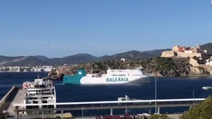 El buque averiado de Baleària llega al puerto de Ibiza