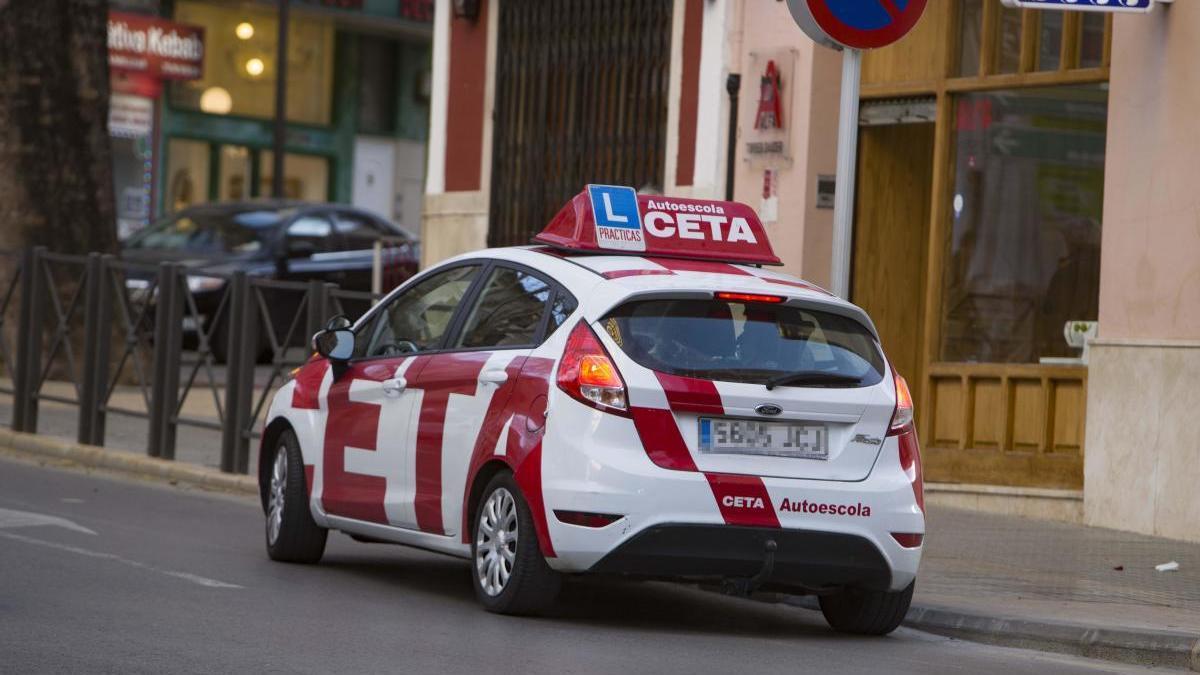 Un coche de una autoescuela en Xátiva.