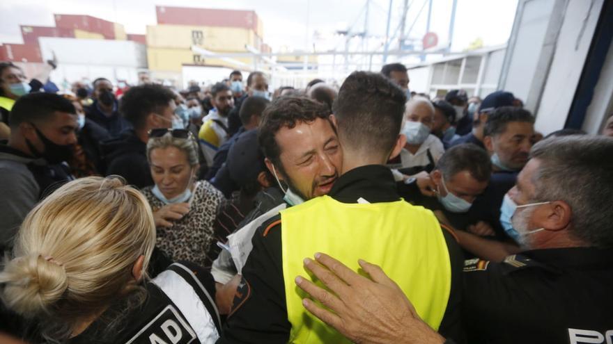 Dos centenares de argelinos se quedan en tierra por falta de billetes para el ferry