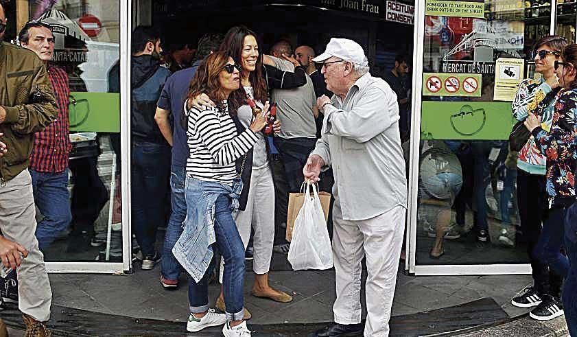 Gente de tardeo a las puertas del mercado 'cataliner'
