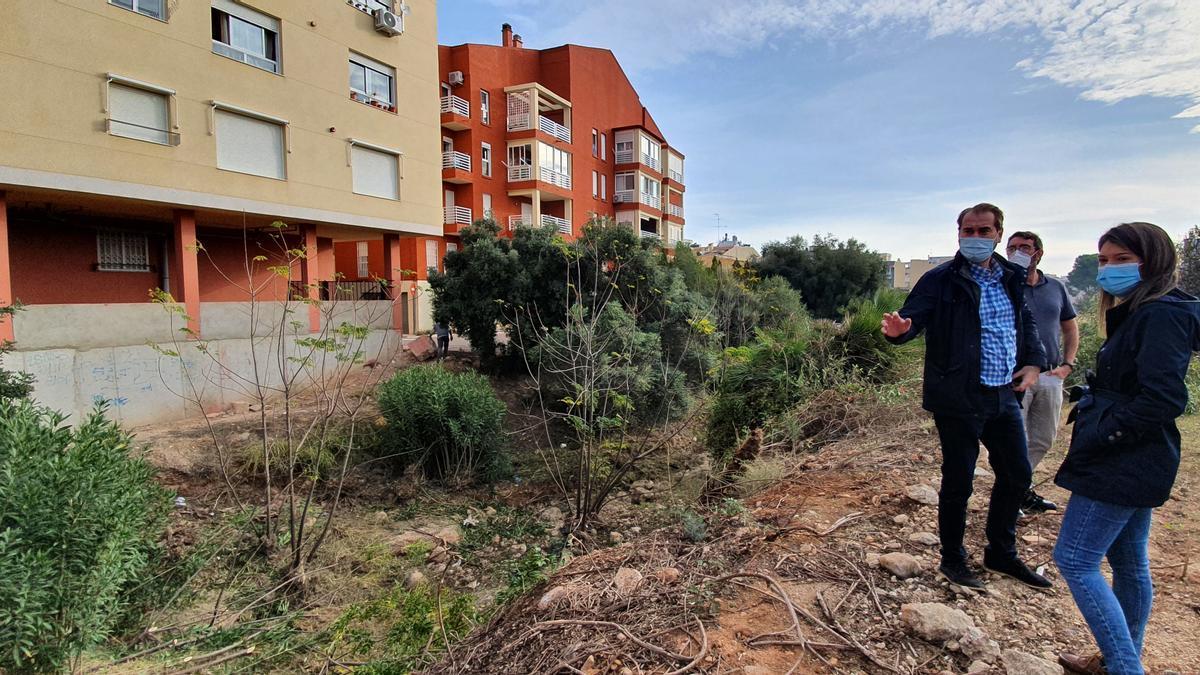 El cauce está inacabado desde hace años, después de que el agente urbanizador acometiera solo una parte.