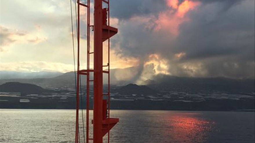 Prohibida la navegación en las zonas próximas a la erupción en La Palma