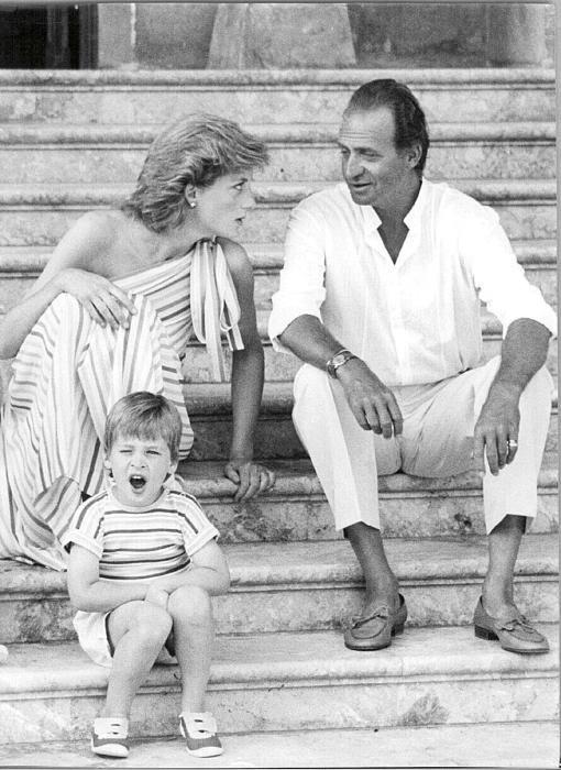 Lady Di y Juan Carlos I, en la escalinata de Marivent, con Guillermo.