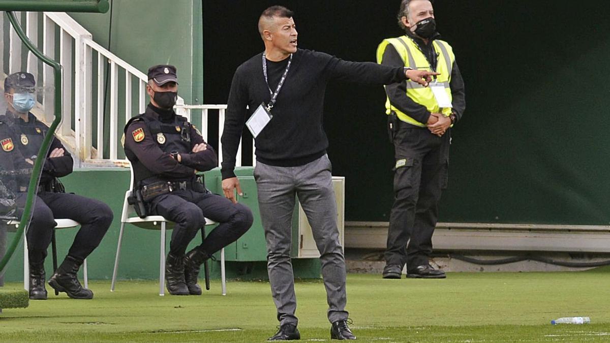 Jorge Almirón, dando instrucciones, durante el partido del pasado sábado ante el Cádiz.