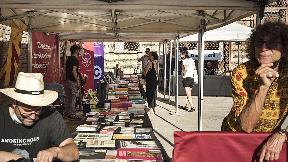 Els estands de llibres, música i roba es van agrupar a l'antiga fàbrica de l'Anònima  | L.S.