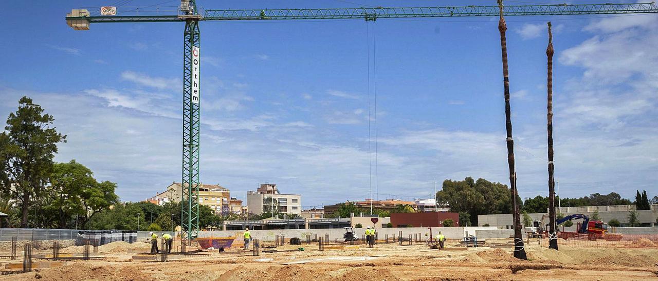 Vista general de las obras que se están realizando en el solar que acogerá el futuro colegio Les Foies, en el Grau, ayer. | DANI MONLLOR