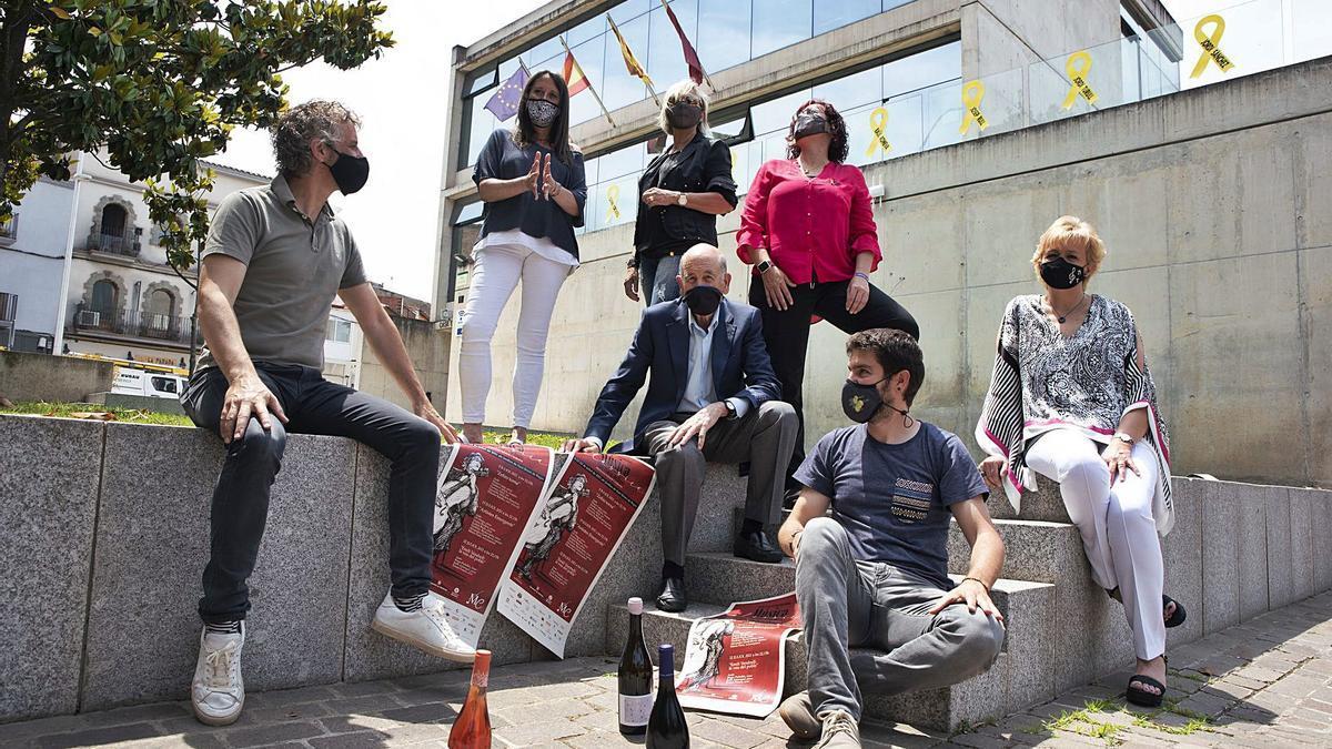 Organitzadors i col·laboradors, ahir al migdia a l'exterior de l'Ajuntament de Sant Fruitós de Bages | OSCAR BAYONA