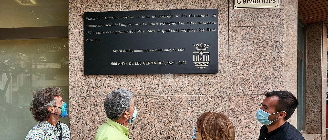 Toni Ordiñana, Jesús Alonso, Liduvina Gil y Nahuel González, ayer al inaugurar la placa conmemorativa en homenaje a quienes dedicaron el paseo de Gandia a les Germanies.      NATXO FRANCÉS