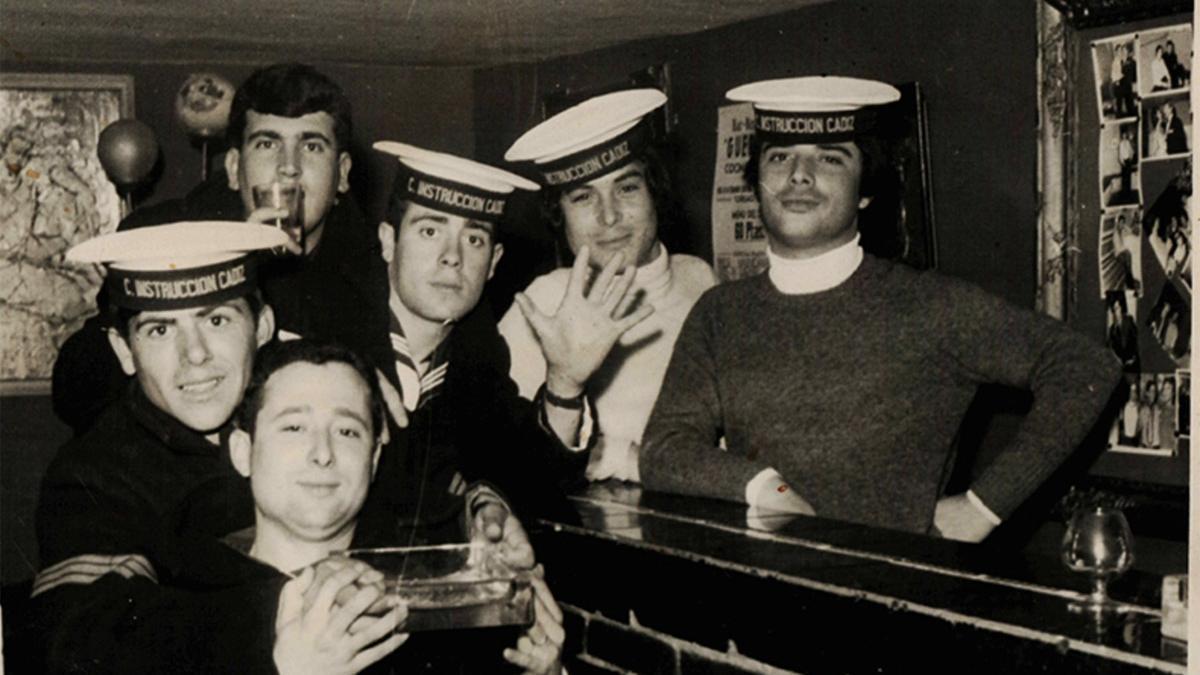 Un grupo de marineros de un buque de instrucción, en el Pasaje Begoña.