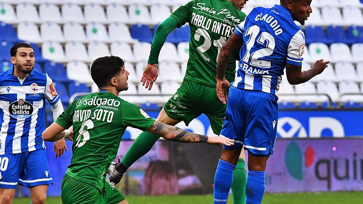 Claudio Beauvue salta de cabeza con Pablo Antas ayer en Riazor. |  // V. ECHAVE