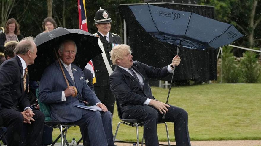 El vídeo viral de Boris Johnson i el seu paraigua