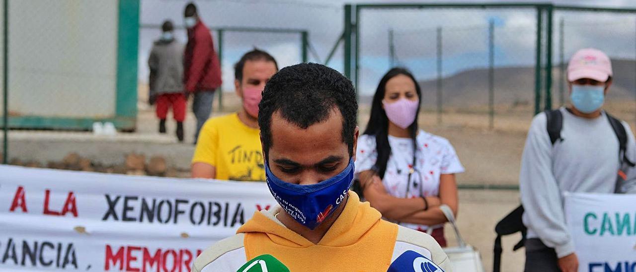 Asociaciones sociales de Fuerteventura denuncian las condiciones de los inmigrantes en El Matorral. | | CARLOS DE SAÁ