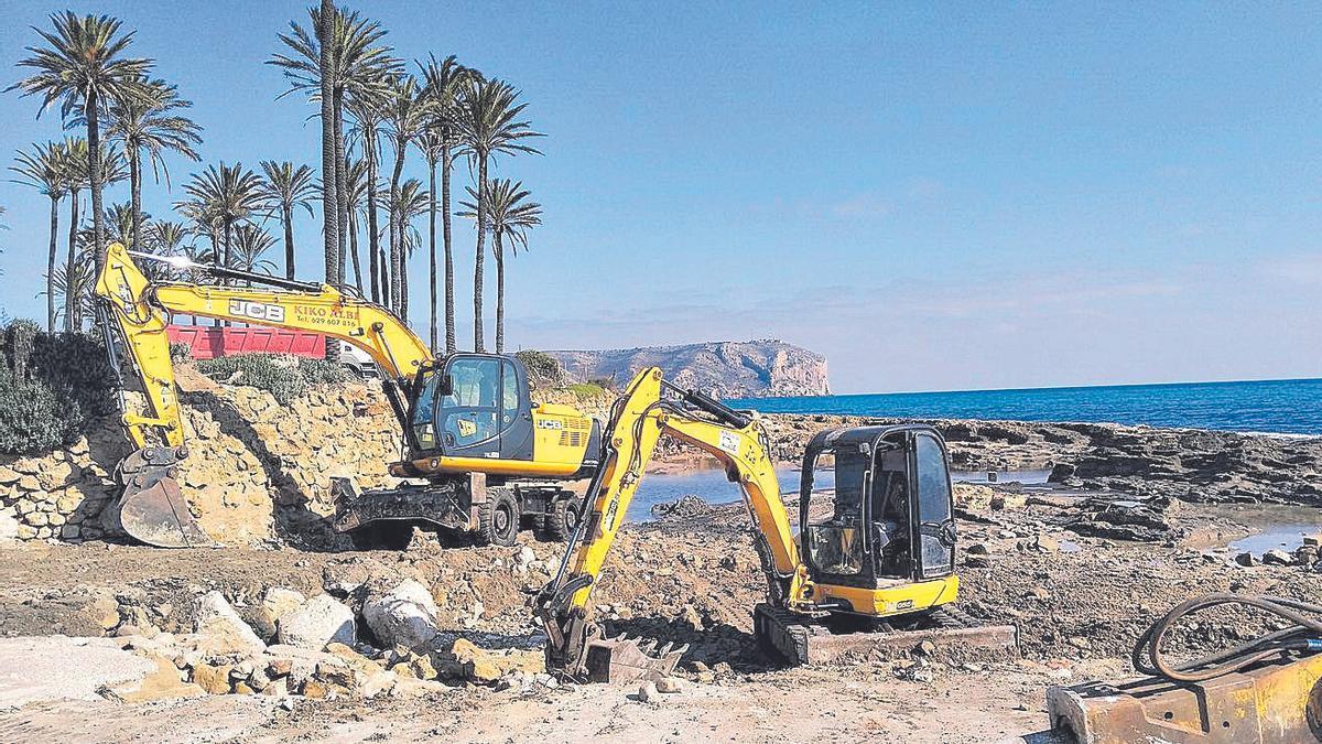 La familia del ministro de Franco quita los escombros de la costa de Xàbia recuperada para uso público
