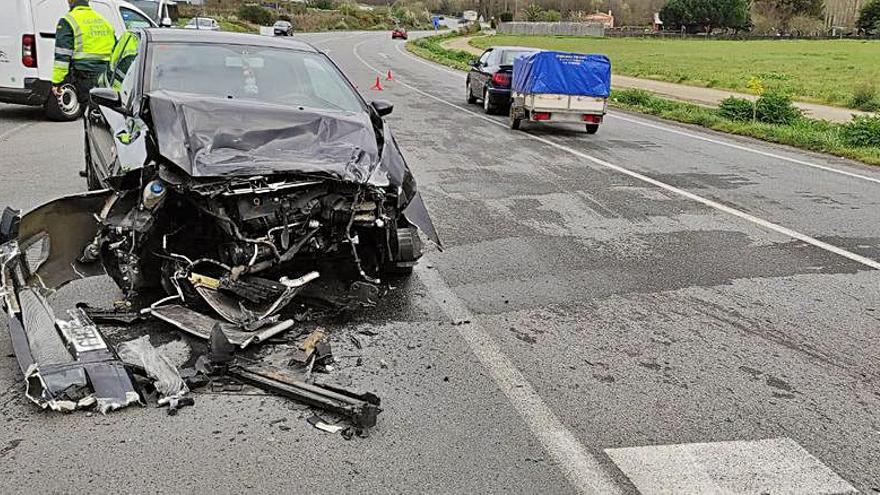 Evacuada con un ataque de ansiedad una conductora que chocó con una furgoneta tras saltarse un 'stop'