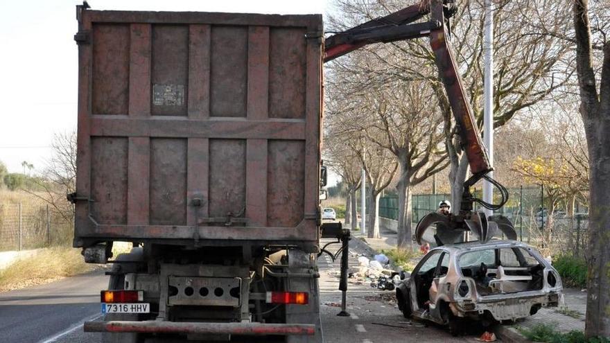 Pkw-Wracks in Palma: vom Straßenrand direkt zum Schrotthändler