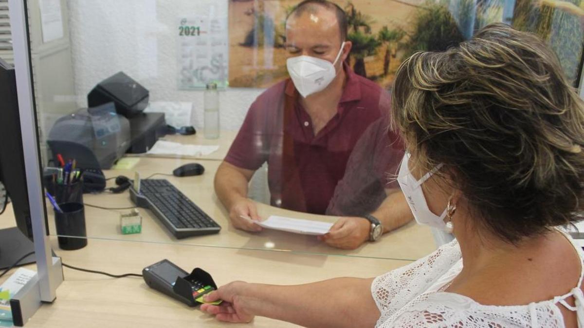 Benicàssim facilita el pago con tarjeta ante el inicio de la matrícula para este curso de los talleres de la FPA.