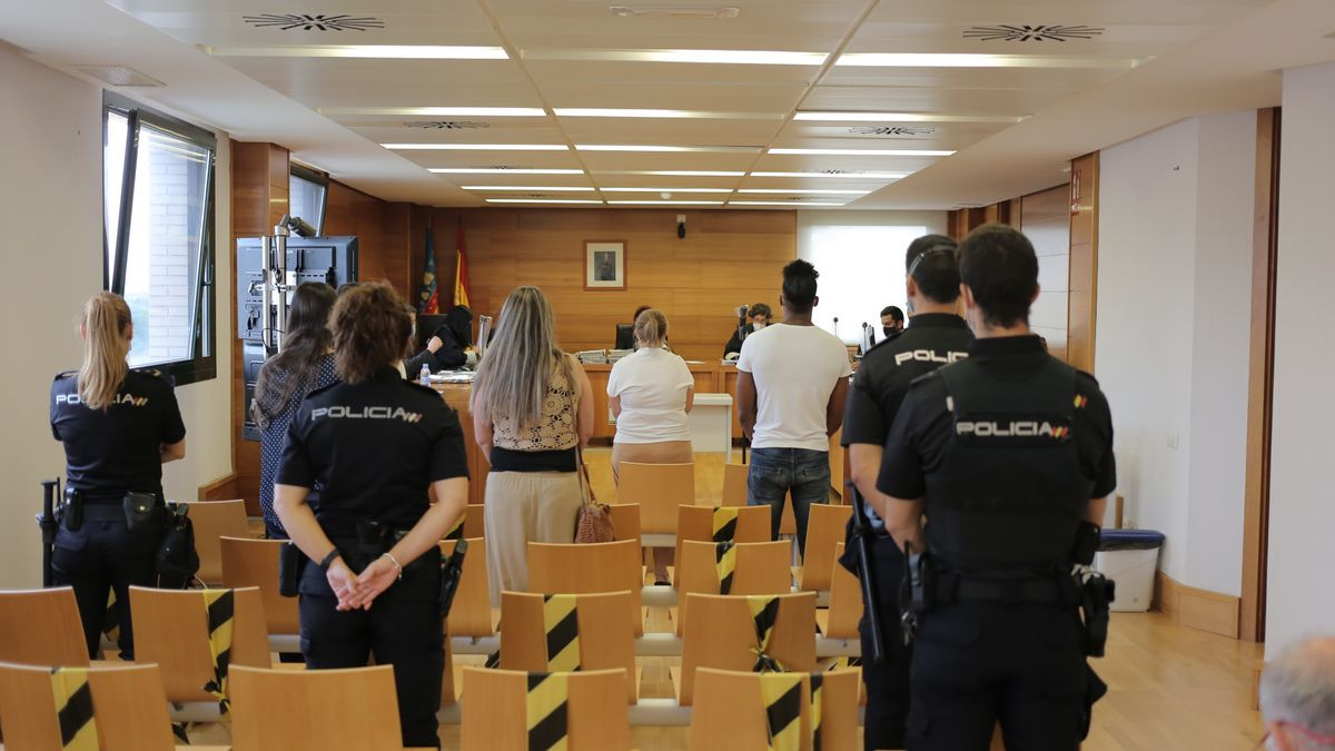 Cuatro policías nacionales custodiaron ayer a los acusados en la primera sesión del juicio en la Audiencia.
