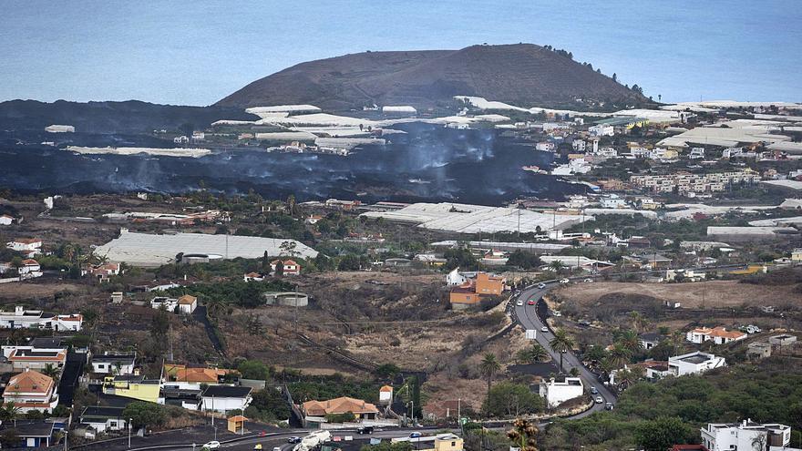 La elevación del terreno cerca del cráter del volcán presagia un mayor caudal de lava