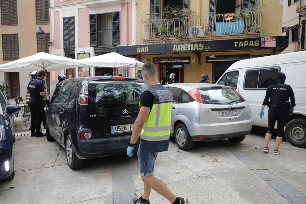 Operación antidroga en la plaza Atarazanas con dos detenidos