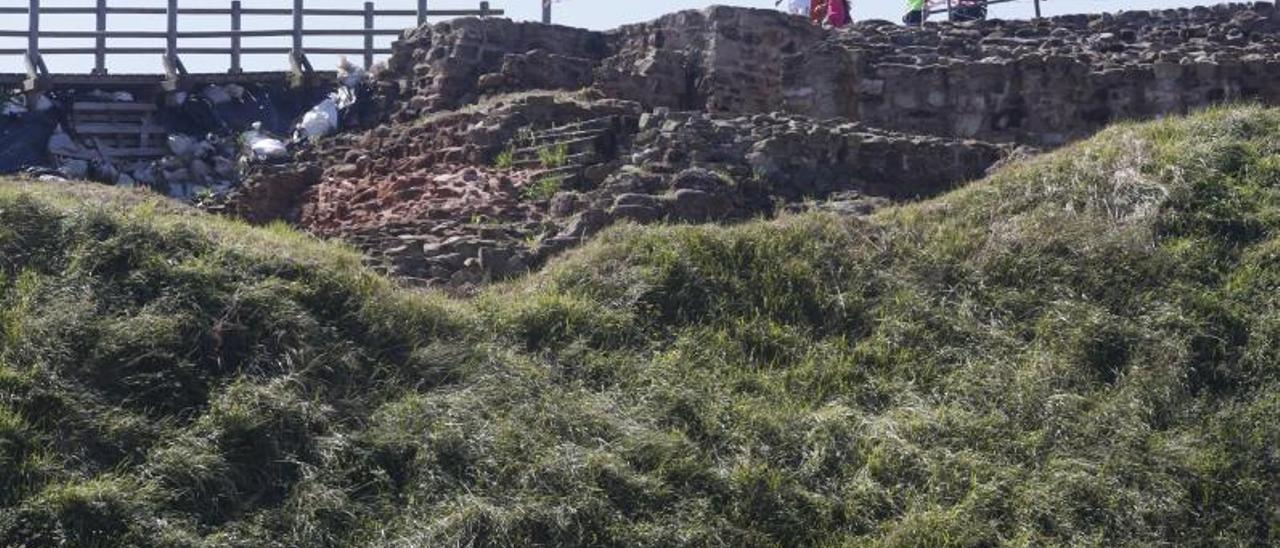 Vestigios del castillo de Gauzón, en el Peñón de Raíces. | Mara Villamuza