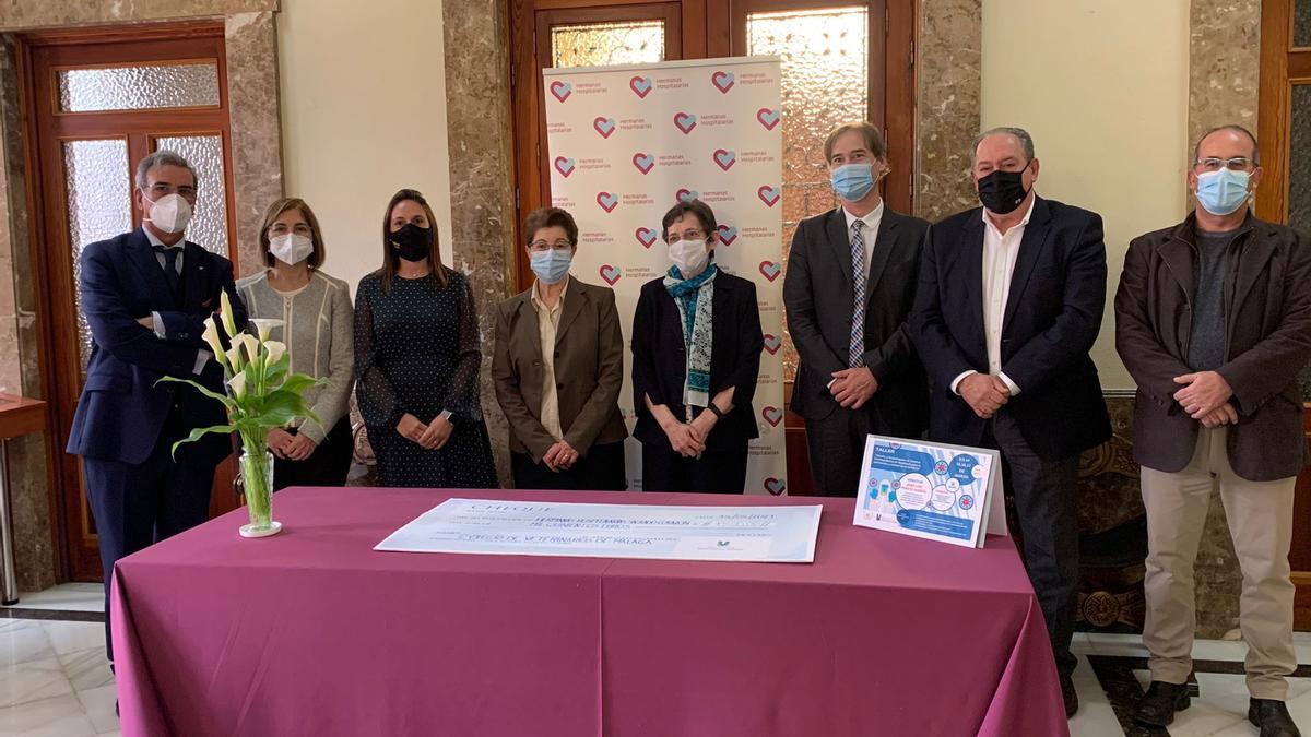 Acto de entrega de la donación del Colegio de Veterinarios de Málaga a la asociación Hermanas Hospitalarias.