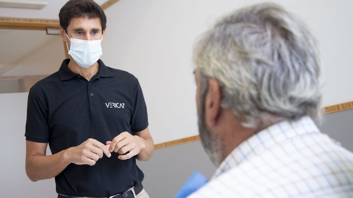 El doctor Alberto Vericat durante una primera visita. /Vericat Implantología Inmediata