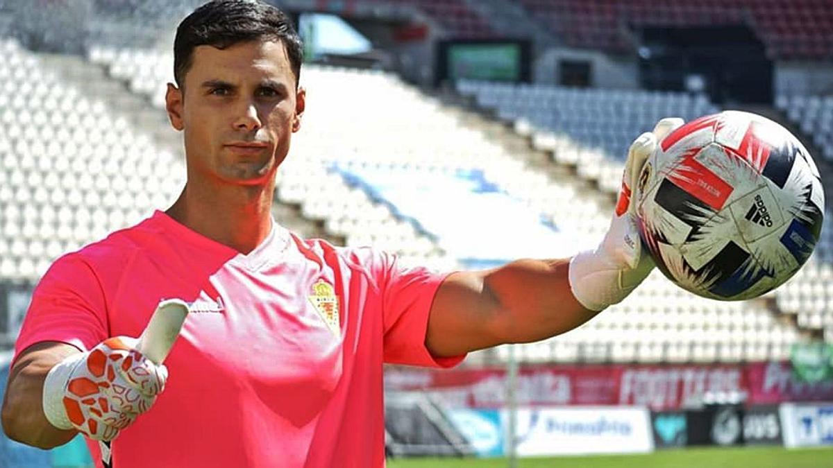 El portero Miguel Serna, ayer, durante su presentación como nuevo jugador del Real Murcia.  | PRENSA REAL MURCIA