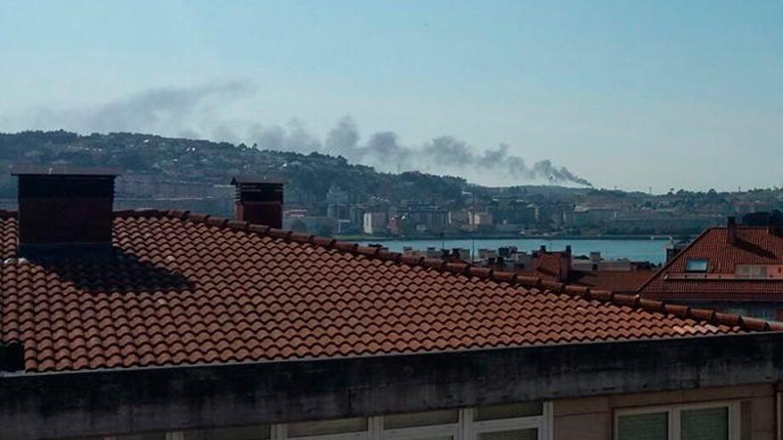 Una quema de gases provoca una humareda en la refinería