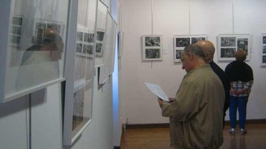 Toresanos admiran las imágenes que conforman la exposición.
