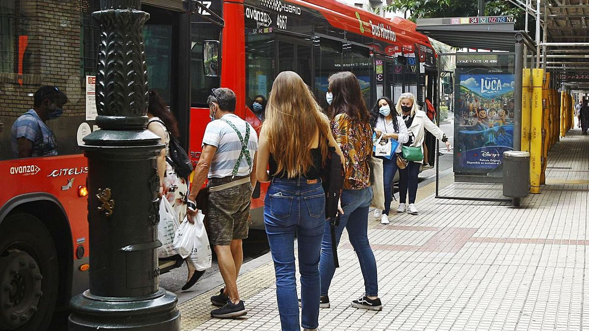 Viajeros del autobús urbano en una parada de Conde Aranda. | ANDREEA VORNICU