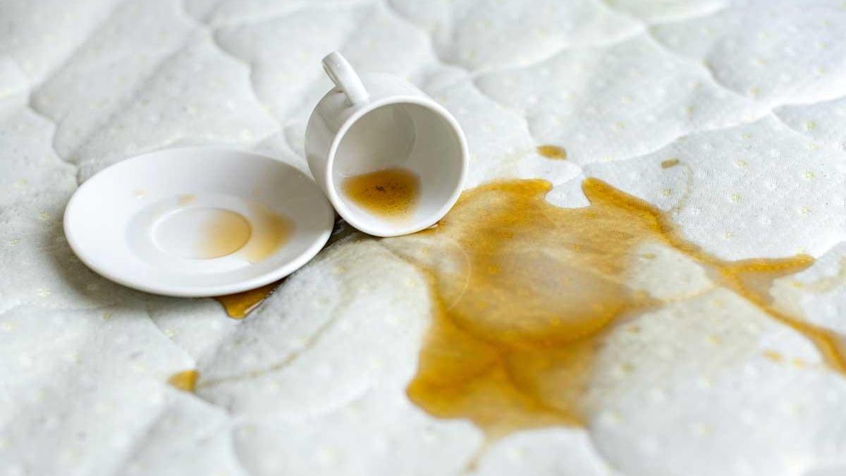 Mancha de café en el colchón.