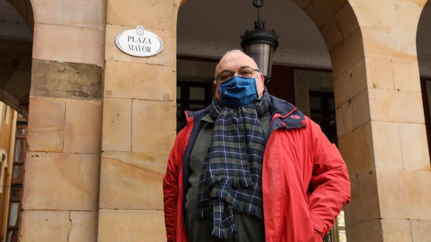 """Habla el """"padre"""" de las placas de las calles de Gijón: """"Es un acierto que se vayan a renovar las dañadas"""""""