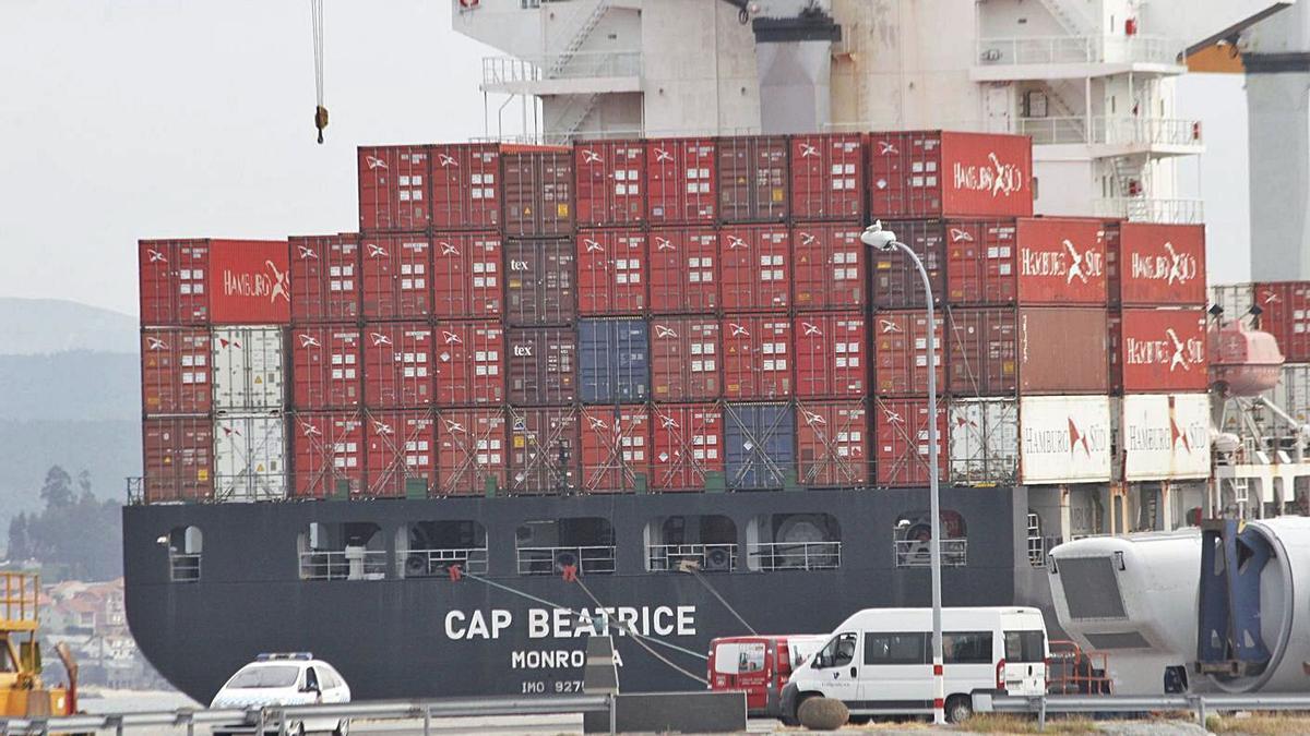 El barco contenedor Cap Beatrice, atracado en el puerto de Marín tras la detención de los acusados. |  // S.A