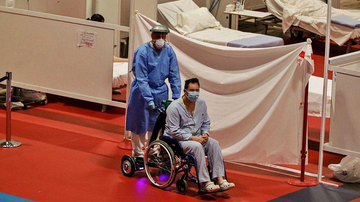 Un paciente, ayer, en el hospital de campaña del IFEMA, en Madrid.