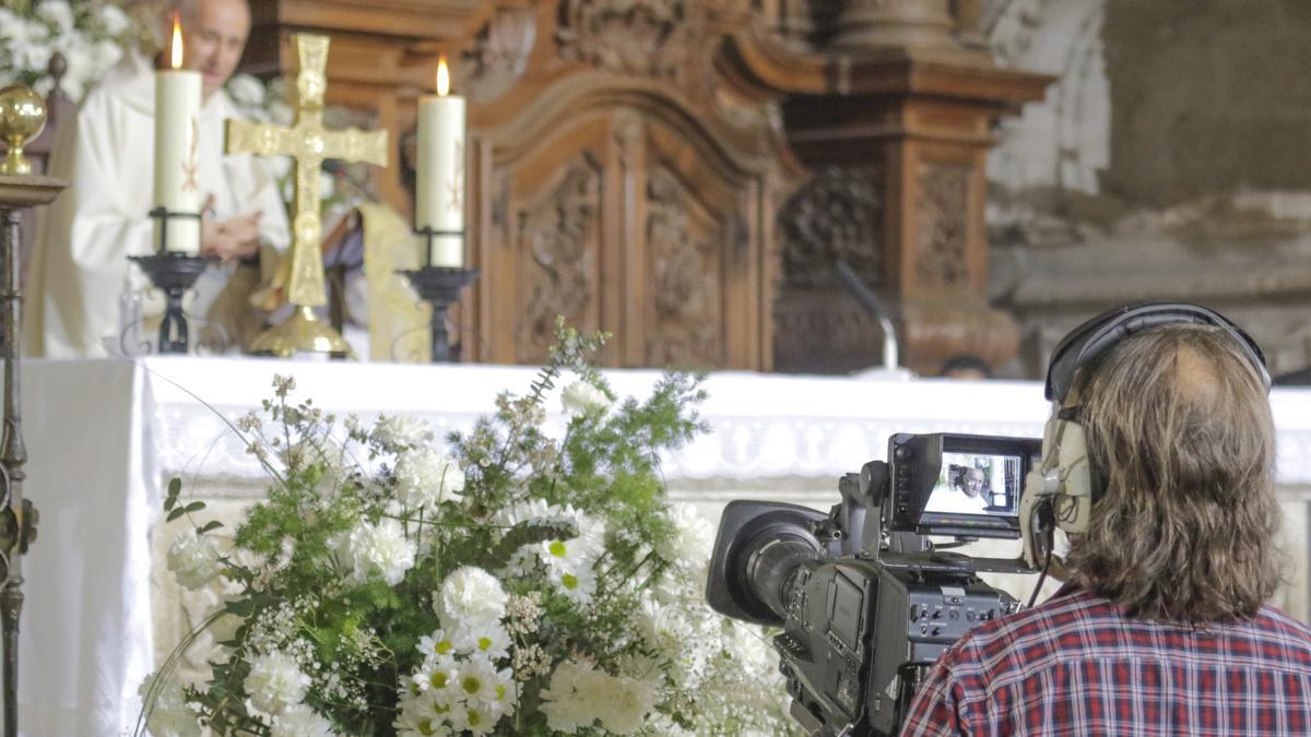 Un cámara graba al administrador diocesano en San Mateo, este domingo..