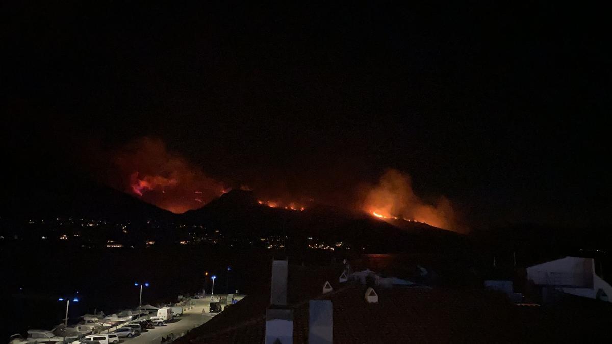 Vista nocturna d'un incendi forestal situat entre Llançà i Port de la Selva. Fotografia presa des del segon municipi. 16 de juliol del 2021. Pla general. (Horitzontal)