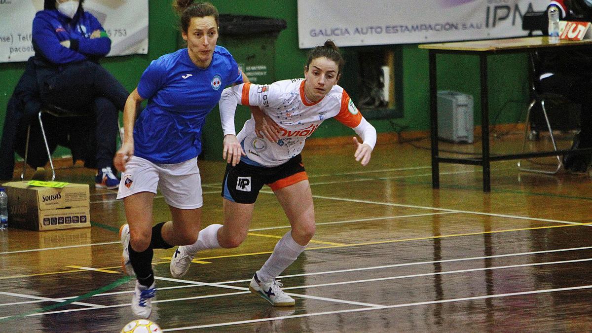 La internacional del Ourense Envialia Chiky presiona a una jugadora del Esplugues, el domingo en Ribadavia. |  // IÑAKI OSORIO