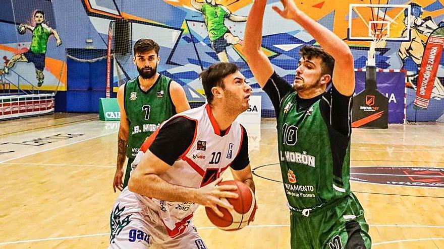 Unai Mendicote busca el aro rival en un partido anterior. | Nico Rodríguez