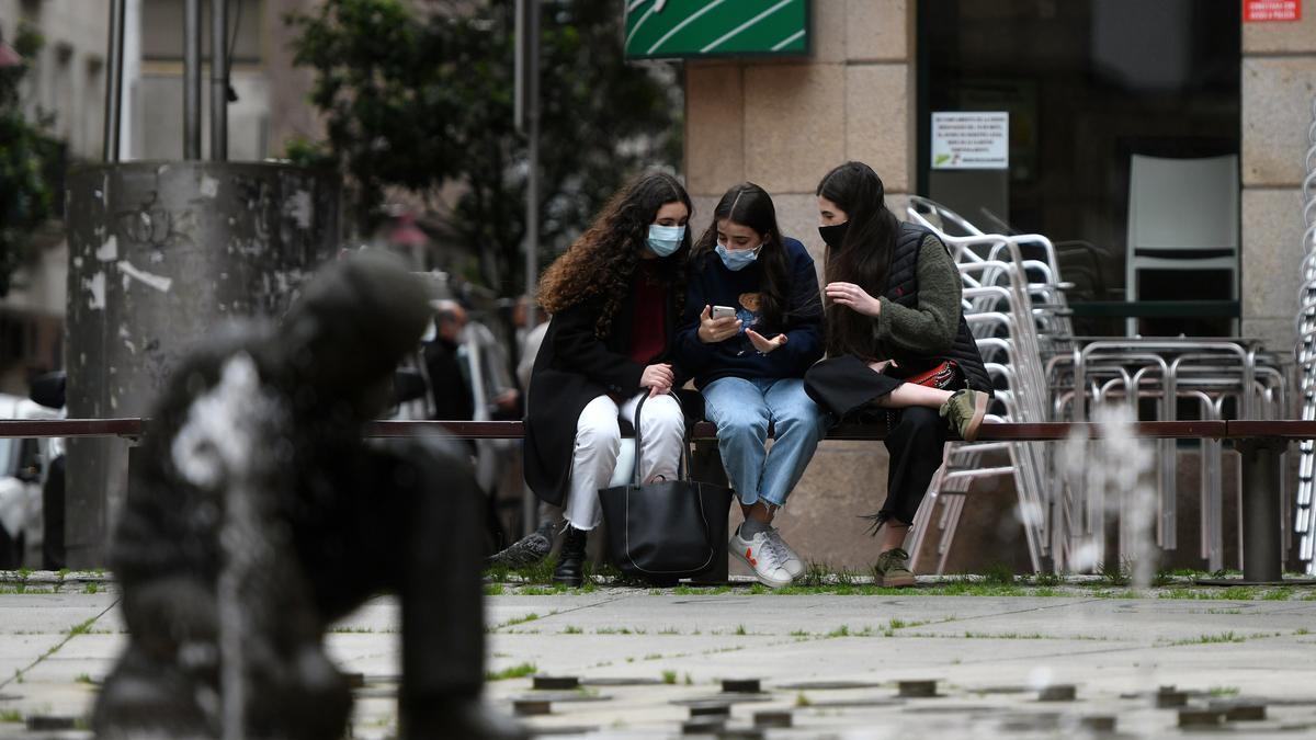 Jóvenes charlando en una plaza de Pontevedra.
