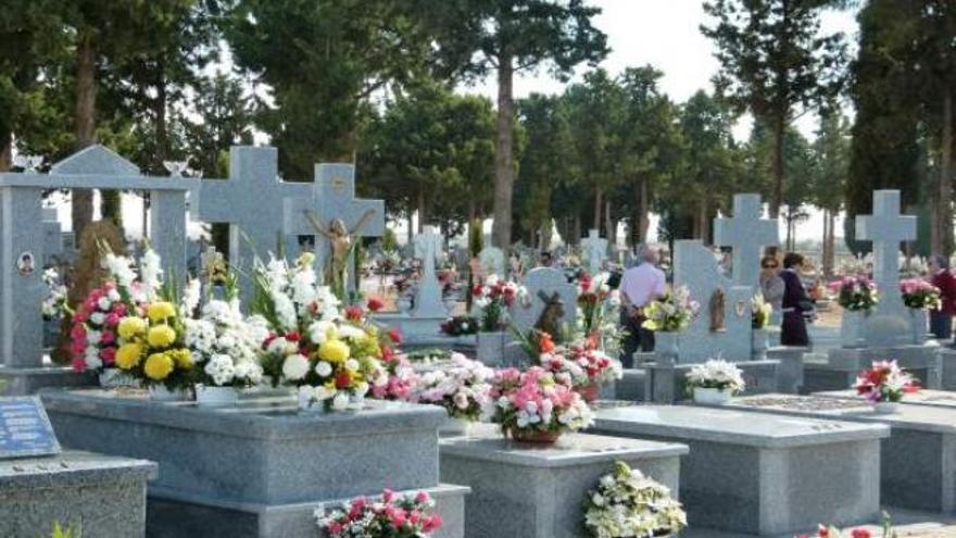 Viola a una mujer discapacitada sobre una lápida en un cementerio