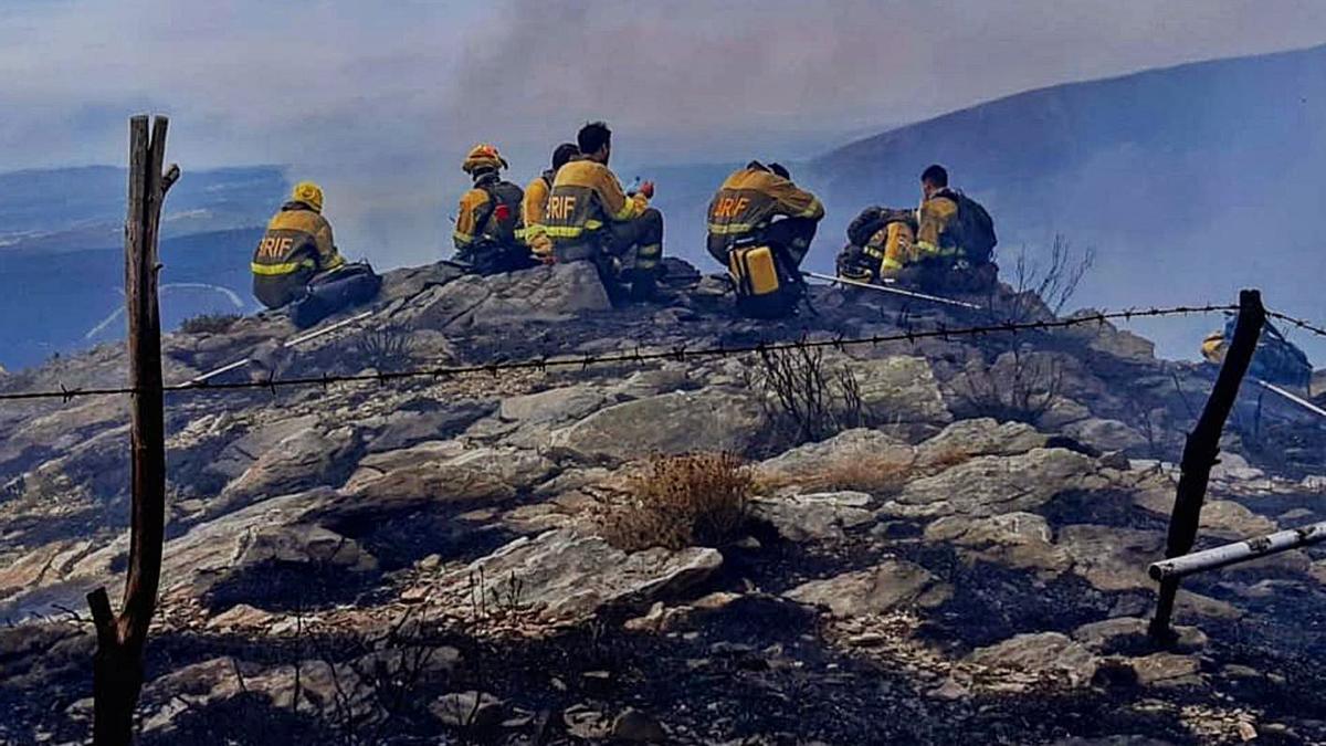 Un momento de descanso de los bomberos forestales de Laza, durante una extinción.   | // BRIF LAZA